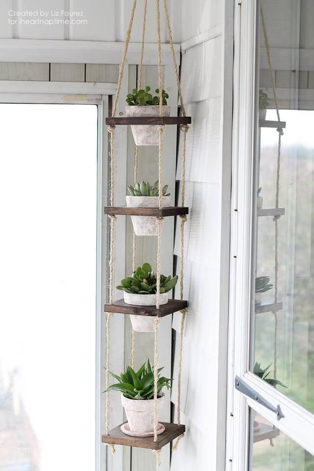Arredare con le piante: mensole decorative con vasetti